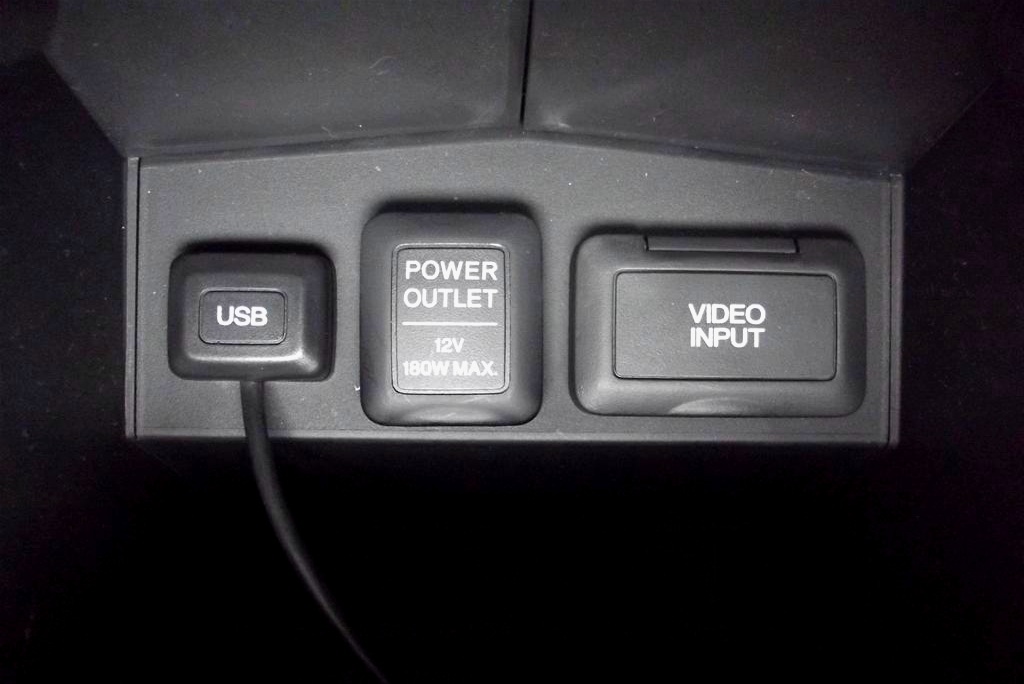 In cotiera centrala se afla priza auxiliara de 12 V, mufa USB si mufa pentru semnal video auxiliar