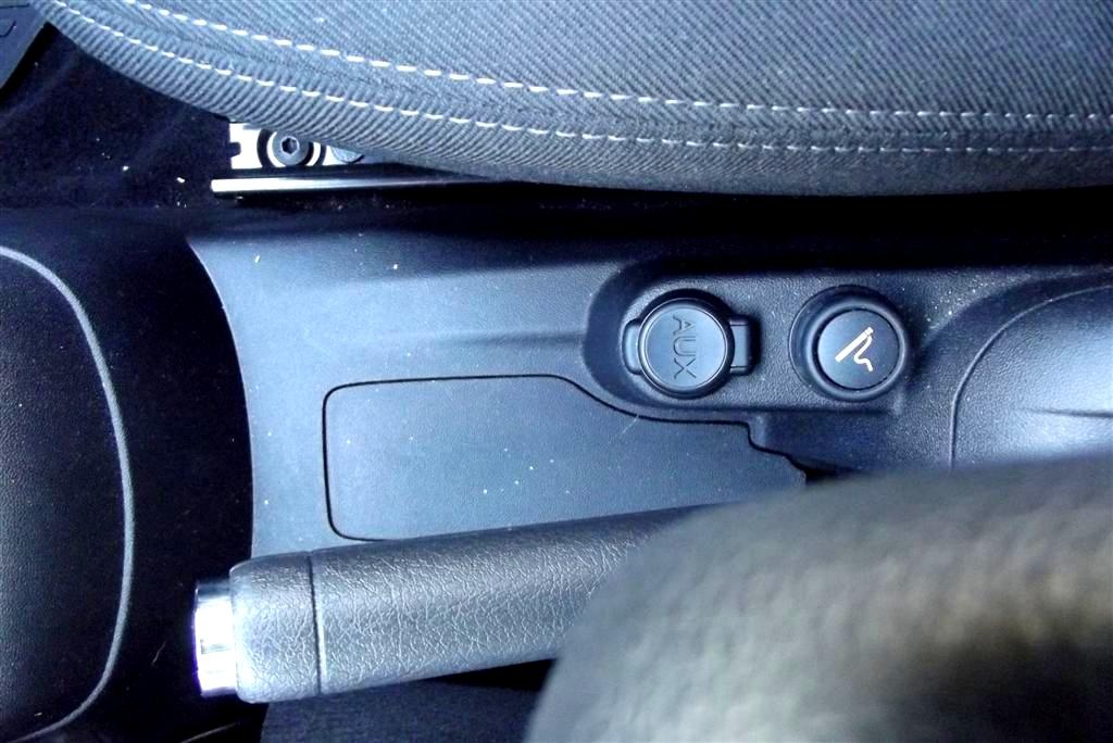 Mufa pentru USB se afla intre scaune, langa maneta franei de parcare