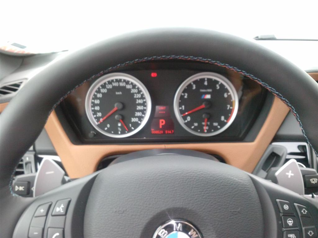 Turometru gradat pana la 8000 rpm si un vitezometru gradat pana la 300 km/h. Asta nu e de bine...