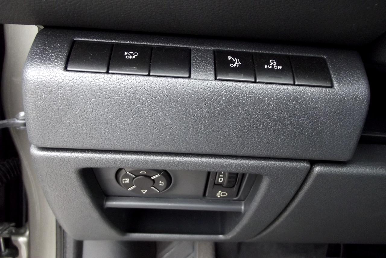 In stanga volanului se afla blocul de comenzi care comanda informatiile de pe HUD, sistemul Start/Stop, ESP-ul si altele
