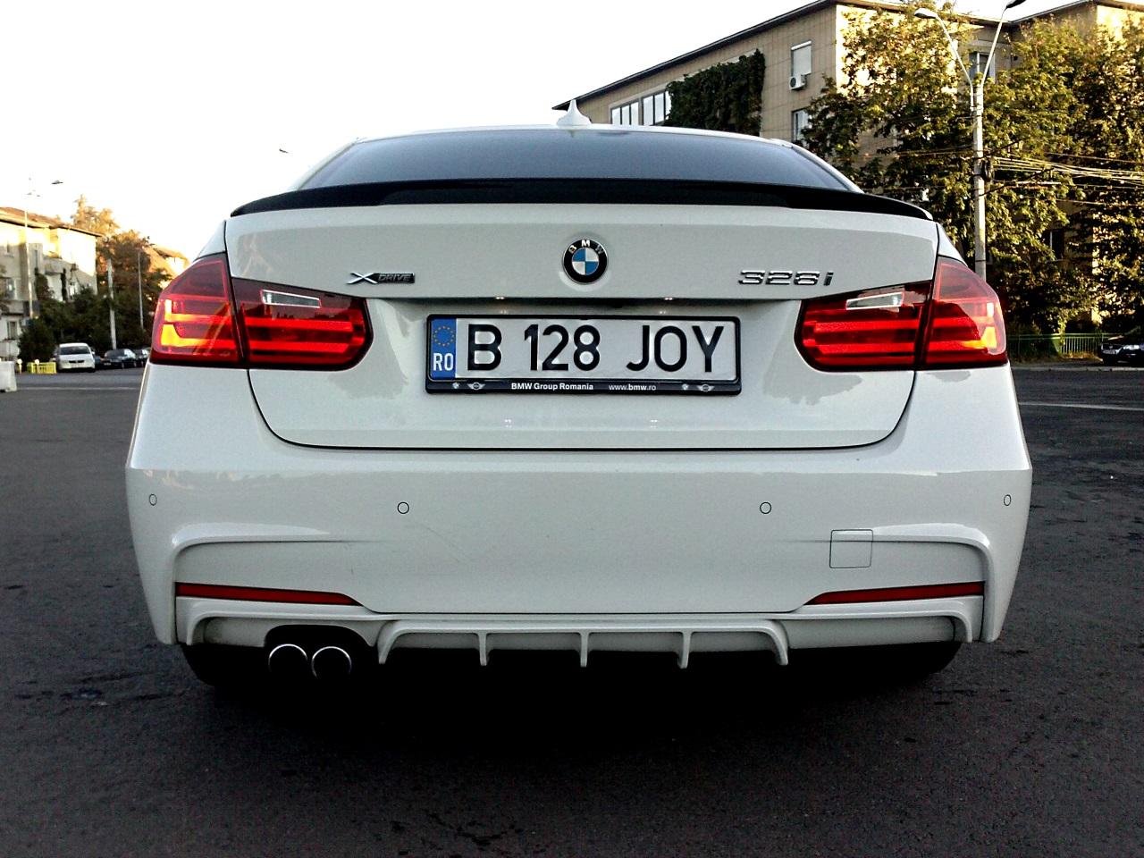 Trei embleme, care spun tot. BMW, 328i, xDrive.