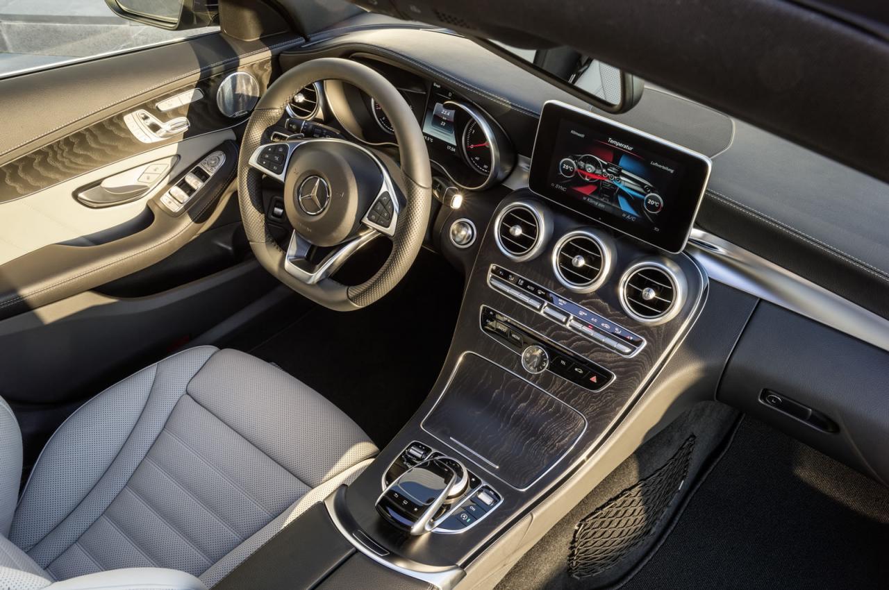 Interiorul imbina cu succes tehnologia, luxul si designul industrial de calitate