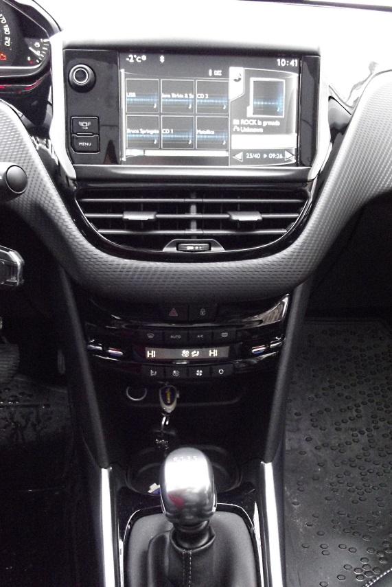 Consola centrala are blocurile de comanda pozitionate ergonomic si bine delimitate