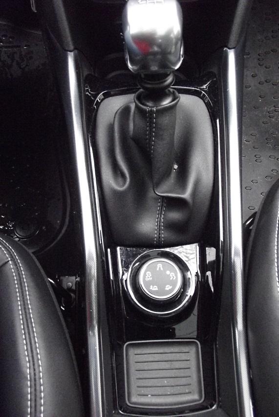 """Sistemul """"Grip Control"""" este pozitiona la indemana, intre schimbatoruld e viteze si maneta franei de stationare"""